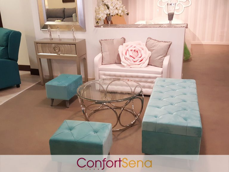 banco calzador y pufs de diseño, mesa de acero y cristal, flores de decoración en tienda de sofás en Granada
