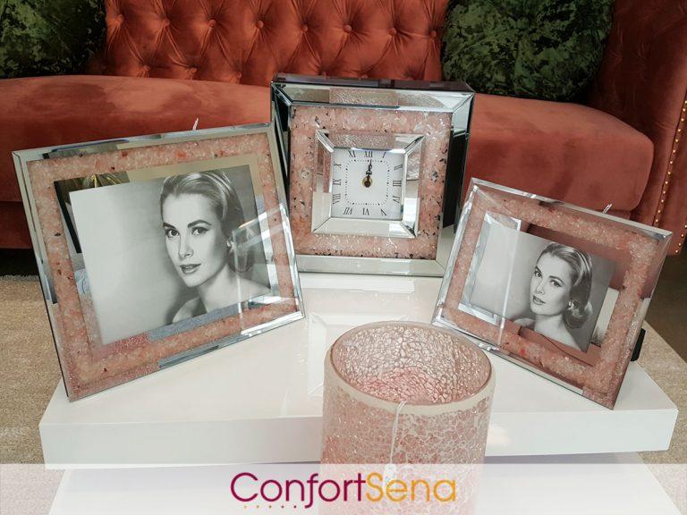 marcos de foto y reloj en tienda de decoración en Granada