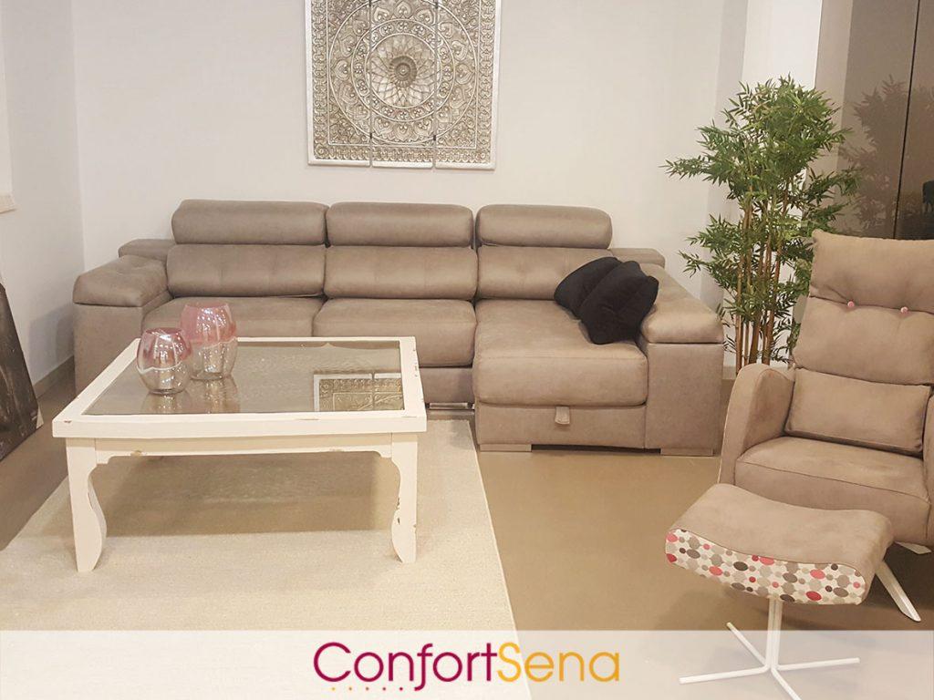 salón con mesa de centro de madera, sofá con chaise longue en Granada y butacón retro de diseño