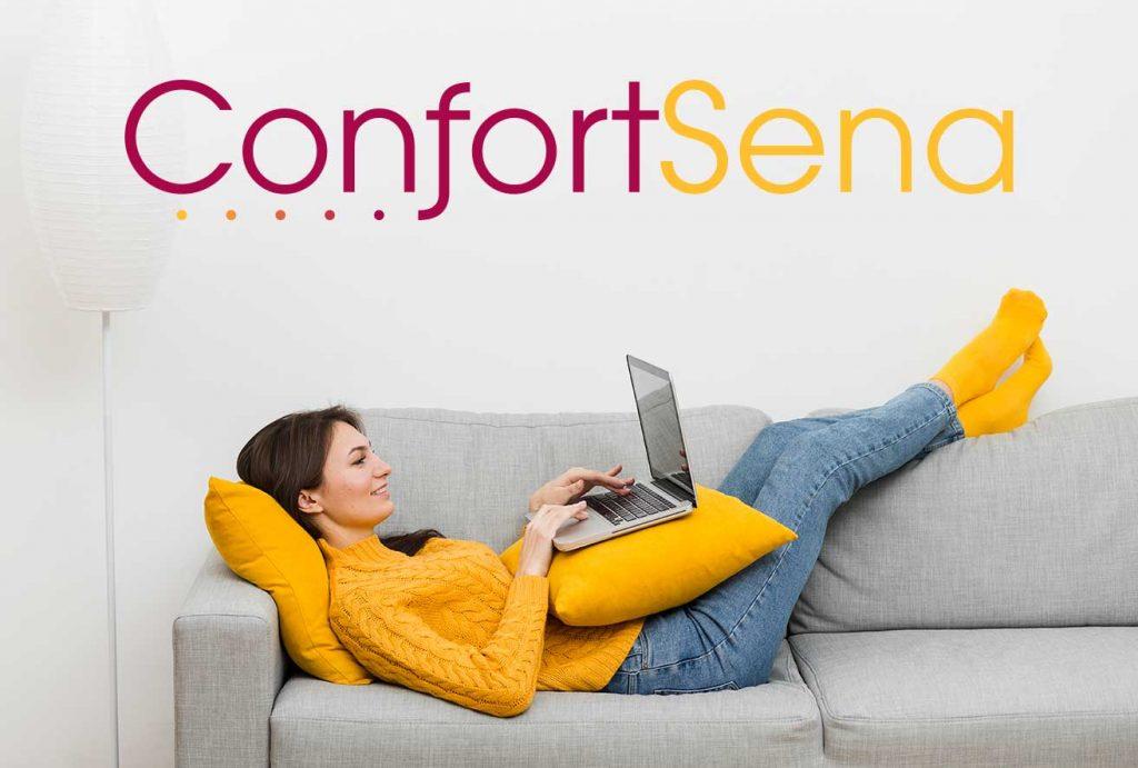 mujer con ordenador sobre sofá cómodo en Granada
