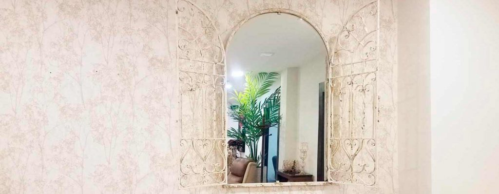Oferta en espejo en Granada que simula ser una ventana en tienda de muebles y tienda de sofás en Granada