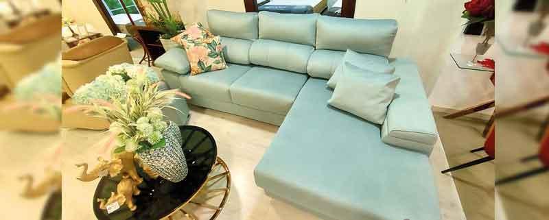 sofá celeste que es un color pastel en la decoración del hogar